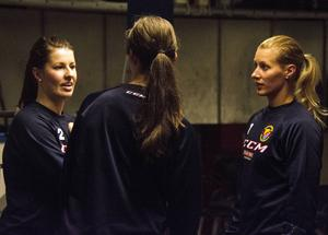 Jennifer Berggren och Isabell Lindström samtalar med tidigare landslagstjärnan Danijela Rundqvist, som nu är både rekryteringsansvarig och spelare i Djurgården.