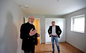 Olle Rigborn, ordförande i Tunabyggen och Jörgen Olsson, vd i Tunabyggen, berättar att det finns mycket förvaringsutrymmen och att alla balkonger är inglasade. Foto: Johnny Fredborg
