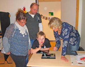 Tillsammans med talpedagog Tina Pärsson, till höger, demonstrerade eleven Otto Peters en lärplatta för mamma Ulrika Eriksson och pappa Stefan Peters.