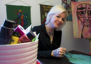 Måleriet har en viktig plats i Malin E Lagergrens strapatsrika liv. Nuförtiden hänger hennes akrylmålningar till allmän beskådan och försäljning.