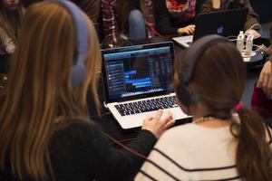 Gör IT och programmering till kärnämnen i grundskolan, menar artikelförfattarna.
