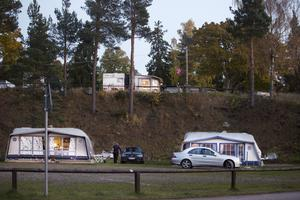 På höjden med utsikt över havet och Engesberg bor Kicki och Kaj Stefanius i husvagn med förtält.