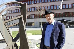 Roland Nilsson (M), framför Förvaltningshuset.