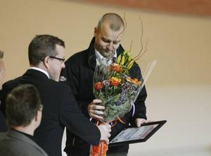 Niklas Gällstedt fick 10000 kronor och en blombukett.