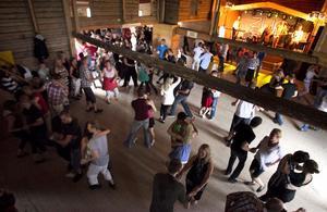Det kom många danssugna till säsongspremiären vid Högslogen.