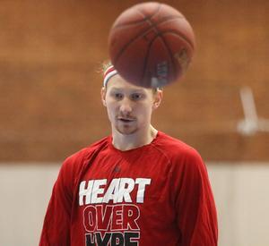 Mike Bruesewitz leder både poäng- och returligan i Basketligan.