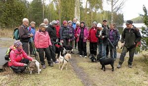 SPF Tuna-Säters naturglada medlemmar har vandrat Torsång IF:s motionsled, och det tillsammans med sina fyrbenta vänner.