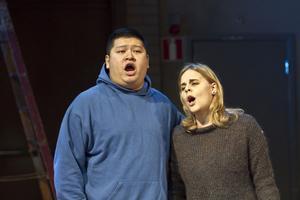 Gong YinJia och Sara Widén är två av studenterna på Operahögskolan som tillsammans med Gävle symfoniorkester nu gör operaföreställningar i Stora gasklockan.