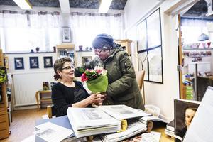 Ingrid Fredlund överraskade med en bukett blommor.