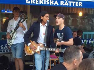 Oskar Danielsson Frost och Lukas Söderberg tar i från tårna när de sjunger med Ernst Pabloz på Yran.