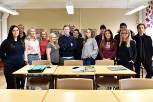 Nästan hela klassen som valt inriktning juridik inom ekonomiprogrammet. Detta är andra gången som Mora gymnasium tar sig till finalen i Skol-SM i juridik.