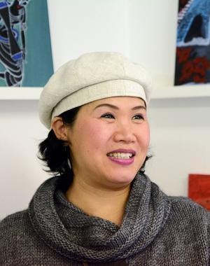 Peng Xiu Juan har ett spännande förflutet . Nu ställer hon ut sin konst för första gången.