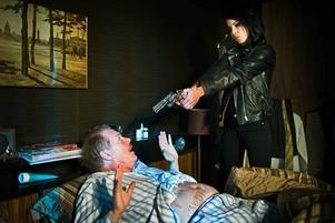 Noomi Rapace och Peter Andersson i en av de dramtiska scener som fungerar i filmen.