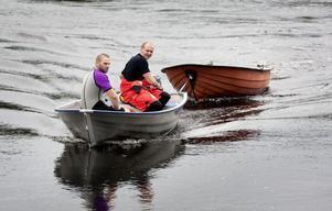 Räddningstjänsten larmades på tisdagseftermiddagen efter att en plastbåt observerats drivande på sjön Saxen i Saxdalen. Bilar från Grängesberg och Ludvika skickades ut men efter ett person uppgivit att båten var igenkänd och ägaren välbehållen tonades händelsen ned. Brandmännen Stefan Nordström och Fredrik Karlsson (bilden) åkte dock ut med räddningstjänstens båt och drog in