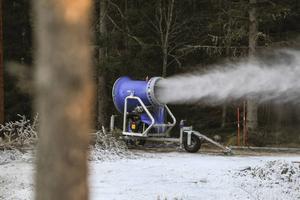 Snökanonerna har fått arbeta de senaste kalla dagarna. Frågan är hur torsdagens mildväder påverkar spåren.