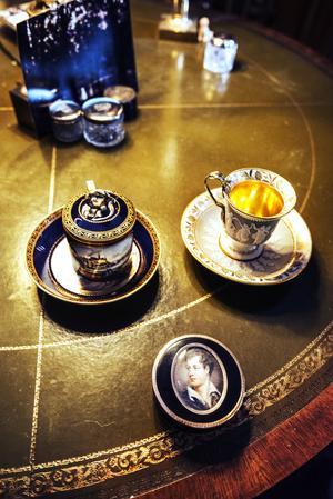 En blå kopp av Meissen porslin, en  kopp av franskt Sèvresporslin och en dosa. Dessa tre små föremål är några av Robert Montgomery-Cederhielms favoritprylar.