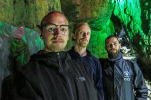 Det är Henrik Ljusberg till vänster som är drivkraften bakom grottmålandet som han genomför tillsammans med Anton Wiraeus och Giorgio Bartocci.