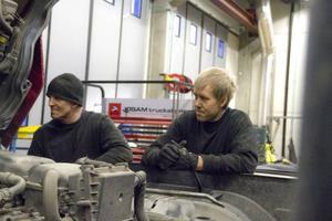 Samuel Forss och Mikael Jansson är två av Jämtlands gymnasiums vuxenelever som studerar fordon-och transport.