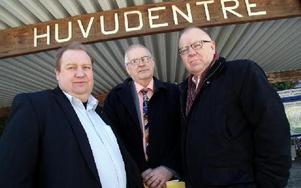 -- Det var 46 år sedan jag som lokalredaktör på DD i Ludvika bevakade Säfsen- och Grangärdedelen. Just idag är jag tillbaks för att försöka rädda Ludvika lasarett, säger Rolf Gunnarsson, till höger, med M-kollegorna Jan Wiklund och Håkan Frank.FOTO BOO