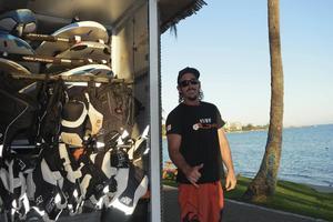 Matthew Blavette hyr ut vindsurfningbrädor och tycker att vattnet är allt i Nya Kaledonien.