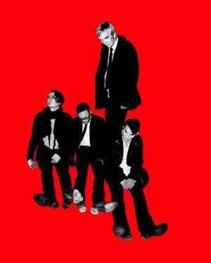 I går släppte Kent nya albumet Röd, trots starka och välproducerade spår brottas bandet fortfarande med sin övergång från gitarrfokusering till trummaskinonani.  Foto: Pressbild