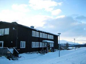 Kolåsens Fjällhotell byggdes 1934 och är i dag den dominerade byggnaden i byn. Inredningen är kult från 1970-talet.