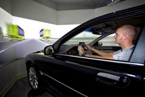 Högskolan i Skövde har byggt en bilsimulator där bilkörning kan studeras. – Vi arbetar med att utveckla spel till körsimulatorn med utbildningsmoment där man har möjlighet att träna riskbedömning, säger Per Backlund, forskare vid högskolan i Skövde.