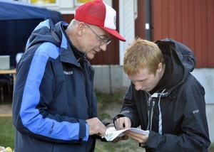 Sven Bergström Trolin kollar in kartan tillsammans med Jerker Lysell.