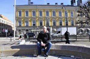 Åke Lång i vårsolen framför stadshuset.