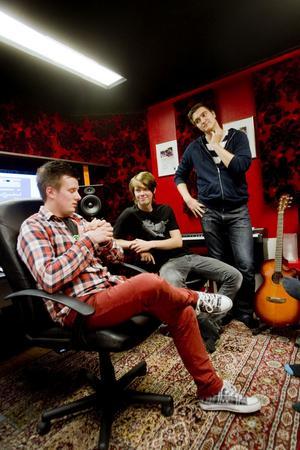 """""""Så här ska vi göra"""". Unge producenten Toiva Savolainen (i förgrunden) och kompanjonen David Sterner i samspråk med låtmakaren Viktor Alner (till höger)."""