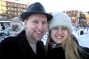 Christofer Olsson, 25 år, och Sara Wikberg, 21 år, bor i studentlägenhet vid universitetet:Det är hemsk kallt och du har hatt?– Ja, som alltid, svarar Christofer.Men fryser du inte?– Det är inga större problem, den täcker det den behöver – eller så försöker jag bara intala mig det (skratt).Men du Sara har mössa?– Ja, och det har jag ofta. Jag är den av oss två som klär mig ordentligt.