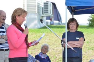 Kommunalrådet Solveig OScarsson invigde byggnaden, där bakom kommunchef Jan Norlund och till höger Ingrid Sköld som driver campingen.