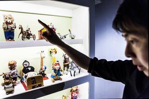 De mekaniska leksakerna kom på marknaden redan på 1800-talet?    – Det är de vuxna som bestämmer vad barnen ska leka med, vad de tror att barnen vill leka med, här kan man få inspiration och kanske börja prata om leksaker.