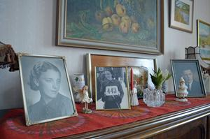 Foton av Margit, Erik Ströms hustru i 73 år, pryder byrån i vardagsrummet.