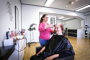 Talin Krakos kom till Sverige för drygt två år sedan. Då hade hon varit på flykt i två år. Nu bor hon i Fagersta och har öppnat en skönhetssalong. På bilden tar hon hand om Harriet Morlin som kommit för att klippa sig.