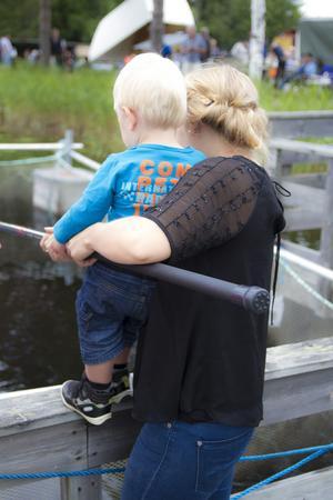 Stora som små ville få fisk.