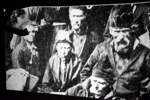 Både historiska dokument och nyinspelkat material ingår i filmsekvenserna.