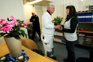 Målaren Tommy Eklund, Hede, uppvaktade Anette Amundsson med blommor när poliseni byn invigde sina nygamla lokaler. Polisen passade i går på att bjuda hantverkare och grannar på smörgåstårta och kaffe.