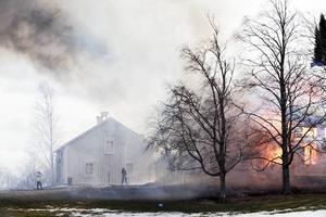 Brandkåren skummade de andra husen på gården.