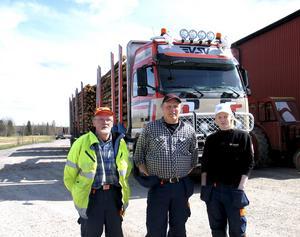 Gunnar, Leif och Jonna är tre generationer Gustavsson som kör timmerbil åt Söderstens åkeri i Bysala.