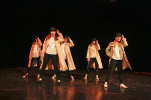 Elverna från Kulturskolans dansgrupp uppträder på Kulturhusets scen.