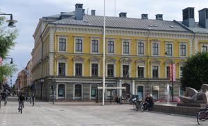 I dag. Det enda hus från före branden 1869 som finns kvar vid Drottninggatan är det som Per Ennes lät bygga 1803–1805.