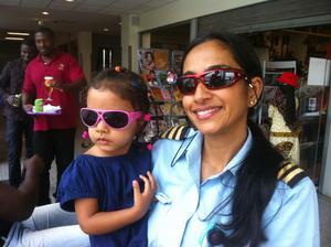 Jasmine Rences äldsta dotter Sohela hälsade på mamma innan hon tog uppehåll från pilottjänsten.