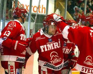 Peter Regin klappas om av Johan Svedberg och Mattias Wennerberg.