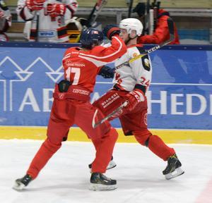 Falu IF:s Gustav Mossberg sätter in en tuff tackling på Grums Rasmus Svensson under söndagens kvalmatch mot division 1.