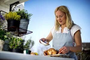 Lisa Lemke älskar att både laga och äta mat utomhus. Mest kraft lägger hon på tillbehören till sommarens grillmat.