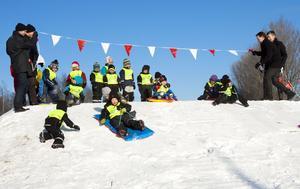Invigningsåkte. Barn från Talltorps förskola invigde med pulkaåkning.