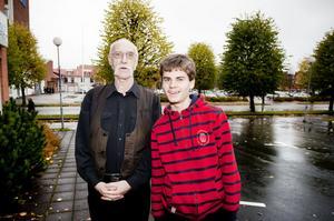 Hag-Lasse Persson skänker en del av sitt politikerarvode till att uppmuntra ungdomar. Särskoleeleven Erik Andersson får ta emot Hag-Lasses ungdomspris den 28 november.