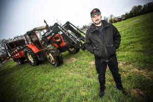 Robert Eriksson är halvtidsbonde och den andra tiden sköter han besiktning av två och trehjuliga fordon för SFRO.