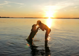 I solnedgången med vovven Ginny utanför Norrtälje. Foto Rebecca Johansson